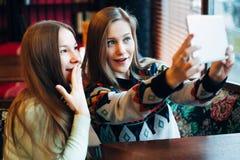 Selfie flickor i kafé Arkivbilder