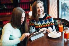Selfie flickor i kafé Arkivbild