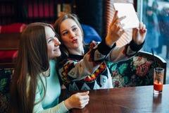 Selfie flickor i kafé Royaltyfri Bild