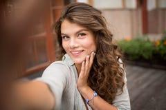 Selfie-Foto der jungen Frau mit flirty Blick Stockfotos