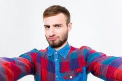 Selfie-Foto des attraktiven überzeugten jungen Mannes im karierten Hemd Lizenzfreie Stockbilder