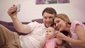 Selfie foto i familjhem Man som tar fotoet med den lyckliga familjen stock video