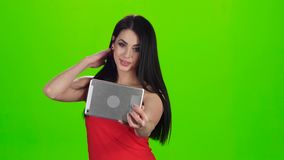 Selfie-Foto unter Verwendung der vorderen Kamera der Tablette Grüner Bildschirm stock video footage