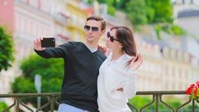 Selfie foto vid caucasian parresande i Europa Romantisk förälskad le lycklig tagande själv för för loppkvinna och man stock video