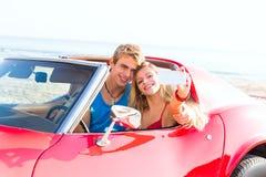Selfie-Foto von Paaren des jungen jugendlich im Kabriolett Stockbild