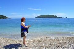 Selfie-Frau, die Selbstporträt am Strand nimmt Stockfoto