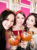 Selfie Frau mit drei Schönheiten glücklich stockbilder