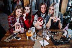 Selfie fyra kvinnor som sitter i ett kafé fotografering för bildbyråer