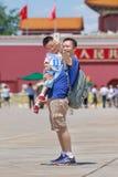 Selfie gai de prises de père et de fils sur la Place Tiananmen ensoleillée, Pékin, Chine Photos libres de droits