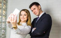 Selfie-Geschäftsteam, das Fotos im Büro macht stockfotografie