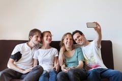 Selfie grupp av vänner som tar fotoet av dem Arkivfoton
