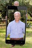 Selfie hög stor Smartphone pensionärträdgård Arkivbilder