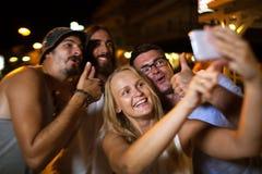 Selfie heureux d'amis avec des pouces  Photographie stock