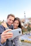 Selfie heureux de couples de voyage, parc Guell, Barcelone Photos stock