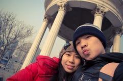 Selfie heureux de couples devant le pavillon Images stock