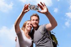 Selfie heureux de couples par le téléphone intelligent Photographie stock