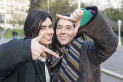 Selfie heureux de deux amies de femme dans la rue Images stock