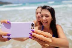 Selfie heureux de gilrls sur la plage Photo stock
