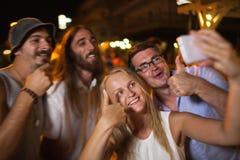 Selfie heureux des amis la nuit Photographie stock libre de droits