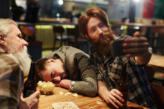 Selfie i bar fotografering för bildbyråer