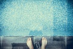 Selfie i piedi sul lato o sul bordo dello stagno con le tessere blu Fotografia Stock Libera da Diritti