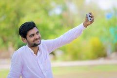 Selfie indiano di clic dell'uomo con il cellulare Immagini Stock Libere da Diritti