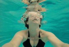 Selfie inferior sereno del agua de la mujer en una piscina Foto de archivo libre de regalías