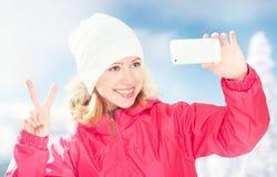 Selfie, jaźń szczęśliwa dziewczyna w zima wakacje aktywnych obrazkach ona na telefonie Zdjęcie Royalty Free