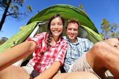 Selfie kamperende mensen in tent die zelfportret nemen Stock Fotografie