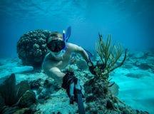 Selfie largo subaquático do ângulo do nadador muscular em uma água de cristal Imagem de Stock