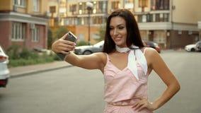 Selfie-Lebensstil Porträt einer jungen positiven Frau, die Spaß hat und ein selfie im Stadtzentrum nimmt stock video footage