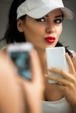 Selfie - Mädchen, das Selbstporträtfront vom Spiegel macht Lizenzfreies Stockfoto