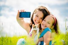 Selfie - mère, enfant et chaton Images libres de droits