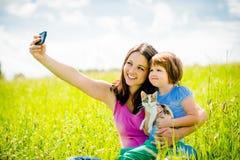 Selfie - mère, enfant et chaton Images stock