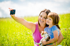 Selfie - mère, enfant et chaton Photographie stock