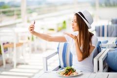 Selfie mania! W ten sposób dziewczęcy! Profilowa boczna fotografia młoda dziewczyna, havi fotografia royalty free