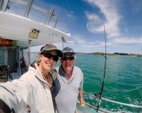 Selfie: manliga och kvinnliga turister för fader och för dotter på fiske royaltyfri fotografi