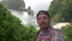 Selfie-Mann Reisender, der Selbstfoto auf ordentlichem Ozean der Klippe macht Nusa Penida stock footage