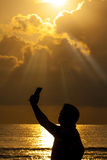 Selfie mężczyzna Smartphone wschodu słońca Denna sylwetka Zdjęcie Royalty Free