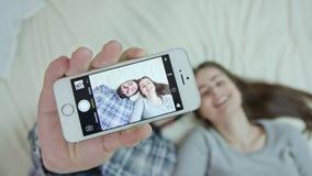 Selfie med den smarta telefonen stock video