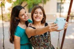 Selfie mit einer sofortigen Kamera Lizenzfreies Stockbild