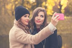 Selfie Modèles de sourire avec le téléphone portable prenant Selfie Photos libres de droits
