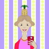 Selfie Muchacha con una piña en su cabeza Fotos de archivo libres de regalías
