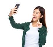 Selfie Nehmen der jungen Frau durch Mobiltelefon Stockfoto