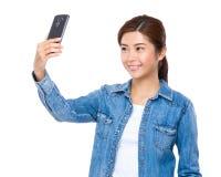 Selfie Nehmen der jungen Frau durch Mobiltelefon Lizenzfreie Stockfotografie