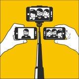 Selfie nehmend - übergeben Sie Griff monopod mit Smartphone Stockfoto