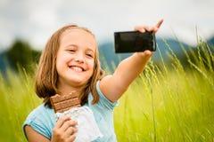 Selfie - niño con el chocolate Foto de archivo