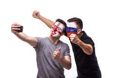 Selfie no telefone de fan de futebol do inglês e do russo no apoio do jogo das equipas nacionais Foto de Stock