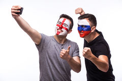 Selfie no telefone de fan de futebol do inglês e do russo no apoio do jogo das equipas nacionais no fundo branco Fotografia de Stock