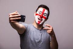 Selfie no telefone de fan de futebol do inglês no apoio do jogo de equipas nacionais de Inglaterra Foto de Stock